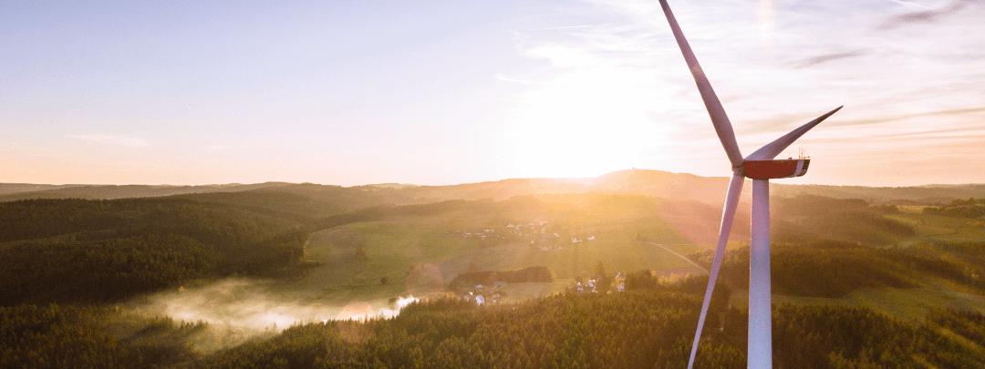 oekostrom-windrad-landschaft-lekker-energie-1080x608px