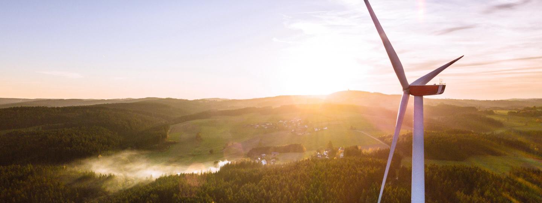 Windrad erzeugt nachhaltigen Ökostrom bei wunderschönem Sonnenaufgang