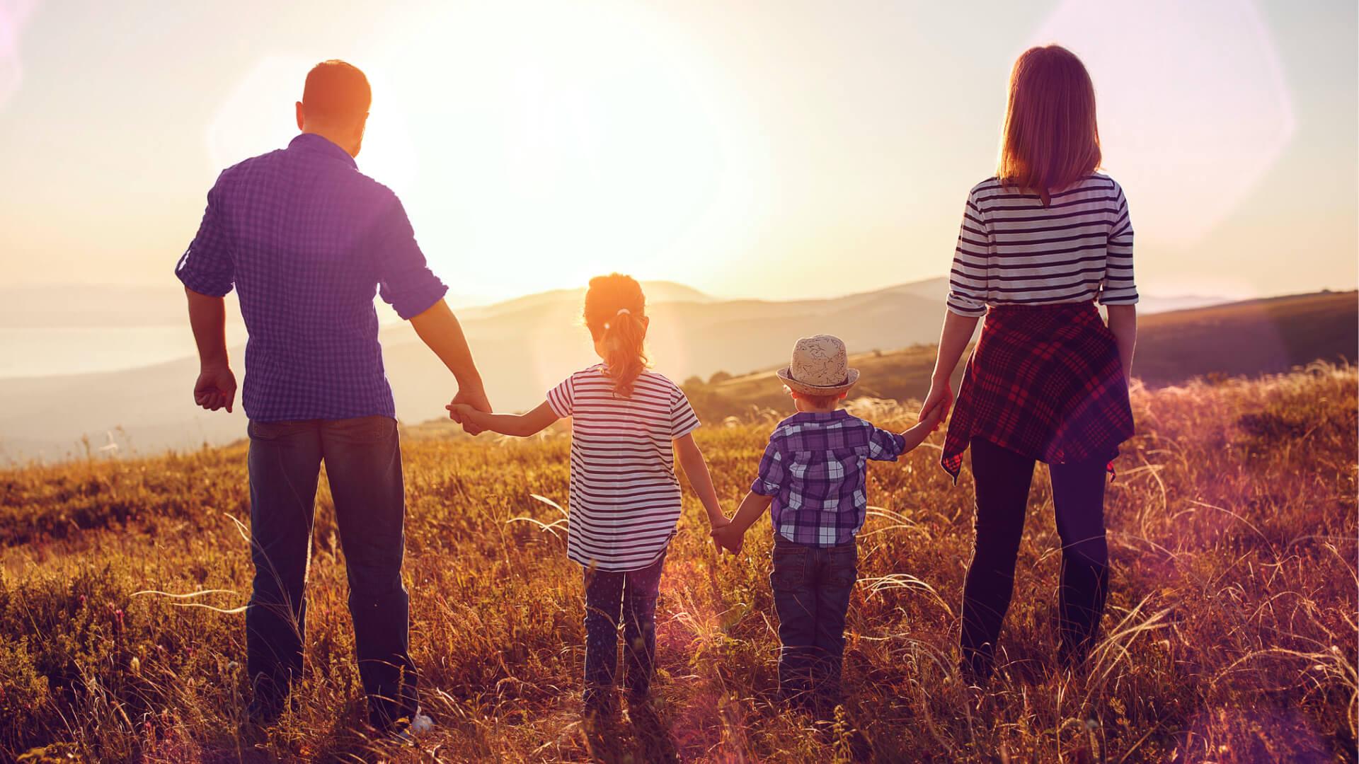 Finanzielle Zukunftsplanung und Altersvorsorge: Eine junge Familie schaut der Zukunft entgegen