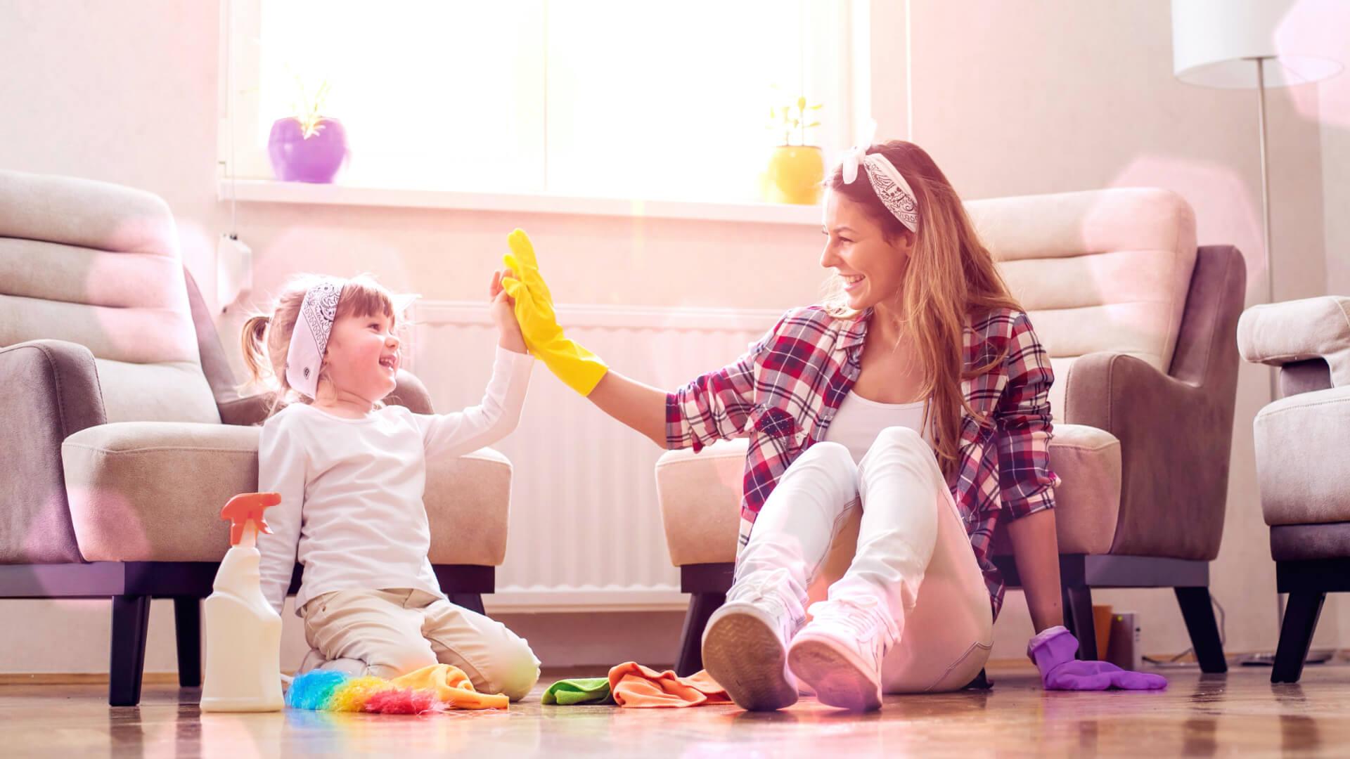 Bio Putzmittel: Mutter und Kind beim Frühjahrsputz