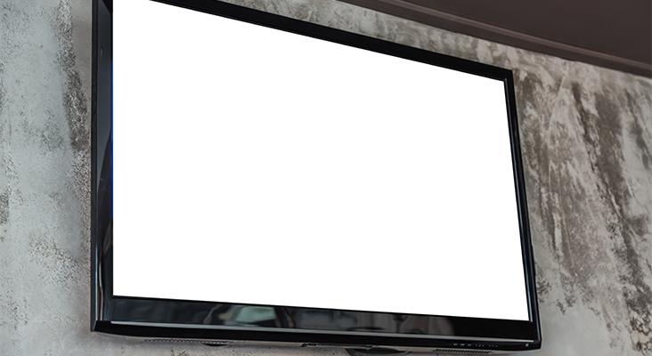 Im Haushalt gibt es immer mehr Unterhaltungstechnik. Ein Stromfresser kann der Fernseher sein. - Bild: Jannoon028 / Freepik